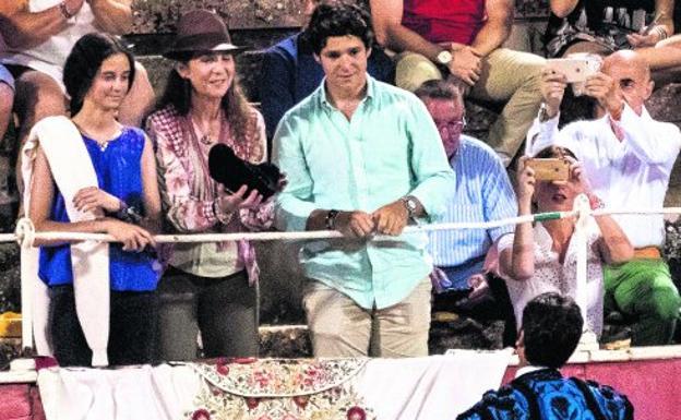 Barrera. Cayetano brinda la muerte del toro a la infanta Elena y sus hijos Victoria y Froilán.