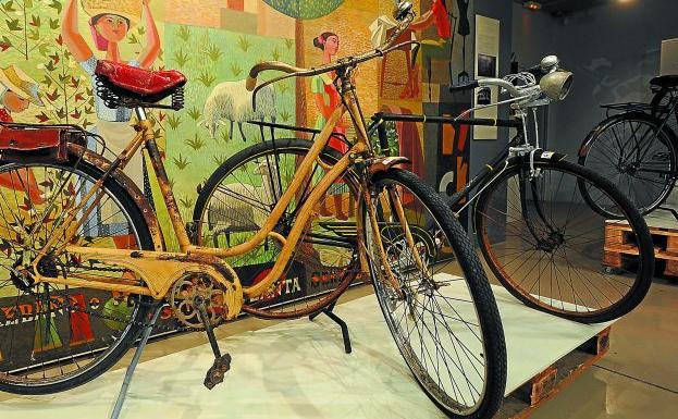 Dos de las bicicletas de la exposición 'Pedalendo en los años 50' que se puede ver desde hoy en el Museo de la Industria Armera de Eibar.