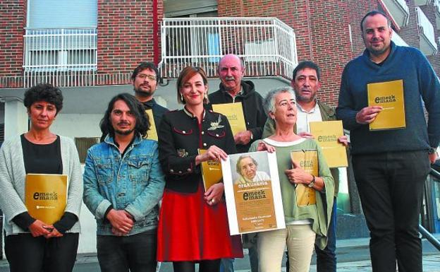 Presentación. Responsables del ayuntamiento y de la Diputación junto con miembros de Intxorta 1937 y el fotógrafo Mauro Saravia anunciaron los actos que tendrán lugar el próximo martes 26.