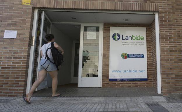 M s de la mitad de los demandantes de empleo de lanbide for Oficinas lanbide