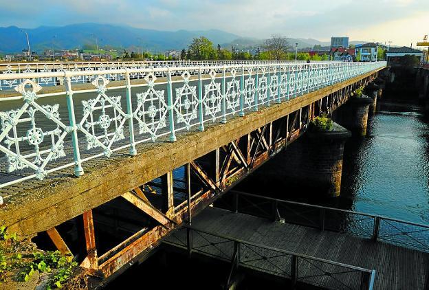 El puente Avenida lleva cerrado desde abril, tras detectarse deficiencias en su estructura. /  F. DE LA HERA