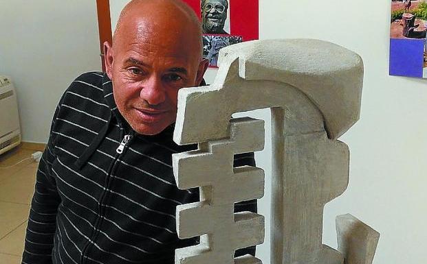 El Gago. El artista, refugiado entre su arte y la figura de Edmundo Aray./