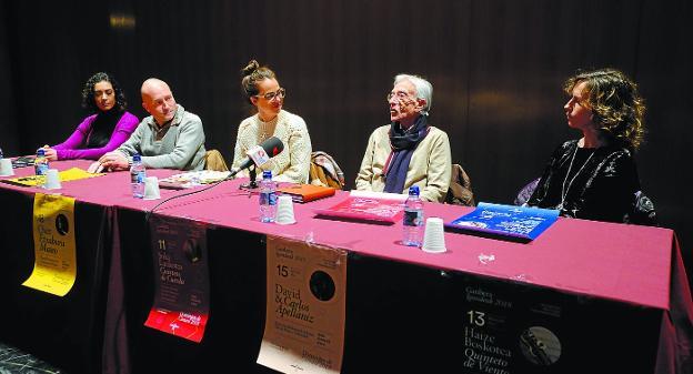 Mucha música. Leticia Vergara (mezzosoprano), Juan Mari Ruiz (oboista), Juncal Eizaguirre (delegada de Cultura), Ricardo Requejo (pianista) y Maider Aizupurua (violinista) presentaron el nuevo programa en el escenario del Centro Cultural Amaia./F. DE LA HERA