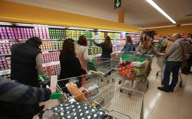 Compradores en Mercadona/A. M.