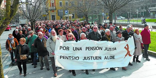 Movilización. Cabeza de la manifestación de jubilados y pensionistas, a su paso por los jardines de Luis Mariano. /  FOTOS F. DE LA HERA