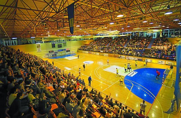 Pista polivalente del polideportivo Artaleku, durante un partido del Bidasoa. / F. DE LA HERA