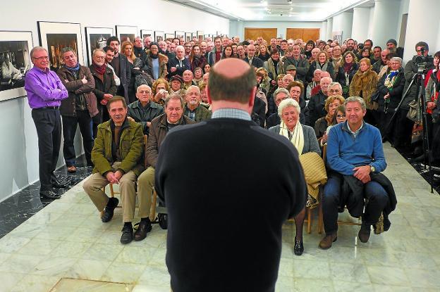 La sala de exposiciones del Amaia se llenó durante la inauguración. /F. DE LA HERA