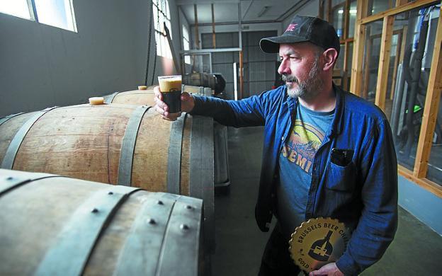 El maestro cervecero irundarra Carlos Arrecubieta. / F. DE LA HERA
