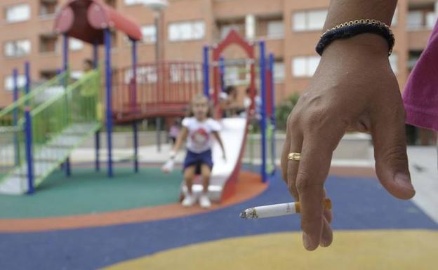 Un padre pierde la custodia de sus hijos por fumar ante ellos