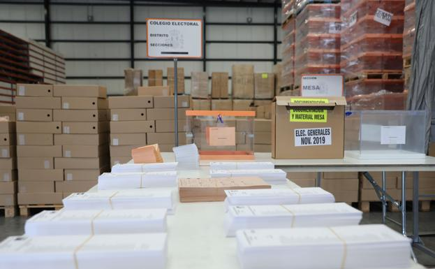 Urnas y papeletas almacenadas en un centro logístico de Alcalá de Henares para las votaciones de hoy. /EP