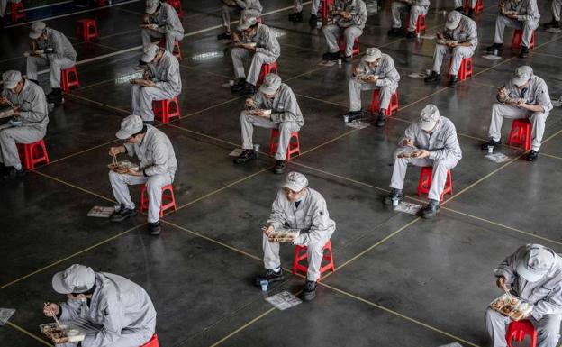 China sube 50% las muertes en Wuhan pero niega ocultar información
