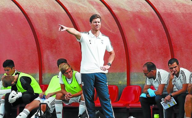 Alonso da instrucciones a sus jugadores durante el partido contra el  Atlético.   REALMADRID. 3e58607d571be