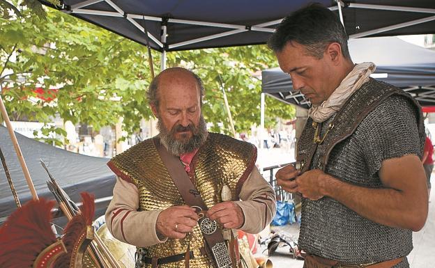 Soldados romanos preparan el material para una de las exhibiciones./F. DE LA HERA