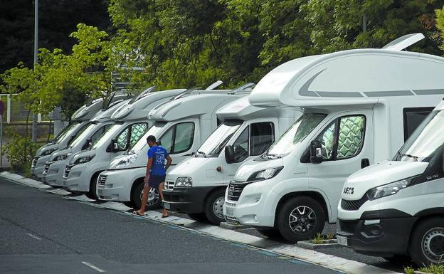 El gran tamaño de los vehículos les lleva a invadir en algunos momentos la calzada y la cera cuando están estacionados./Luis Michelena