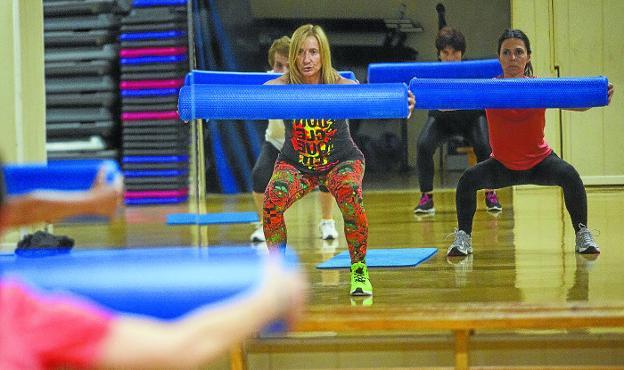 En forma. Varias alumnas siguen los ejercicios marcados por la profesora en uno de los cursos realizados en Artaleku./FOTOS D. DE LA HERA