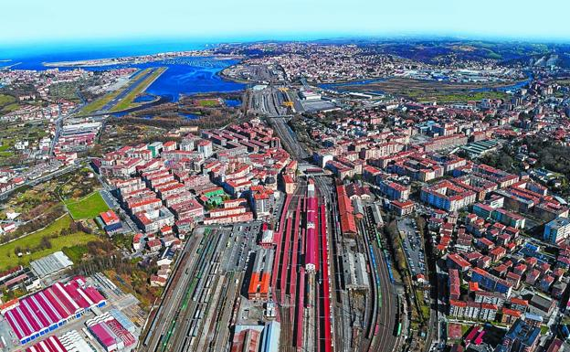Imagen aérea de la playa de vías de Irun, que incluye (a la derecha) el espacio comprendido en el proyecto de regeneración./CAPDEQUI / EASOFLYERS