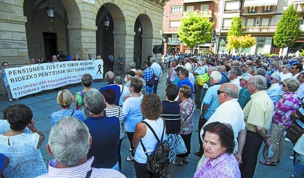 Concentración ayer en Irun de los pensionistas. /  F. DE LA HERA