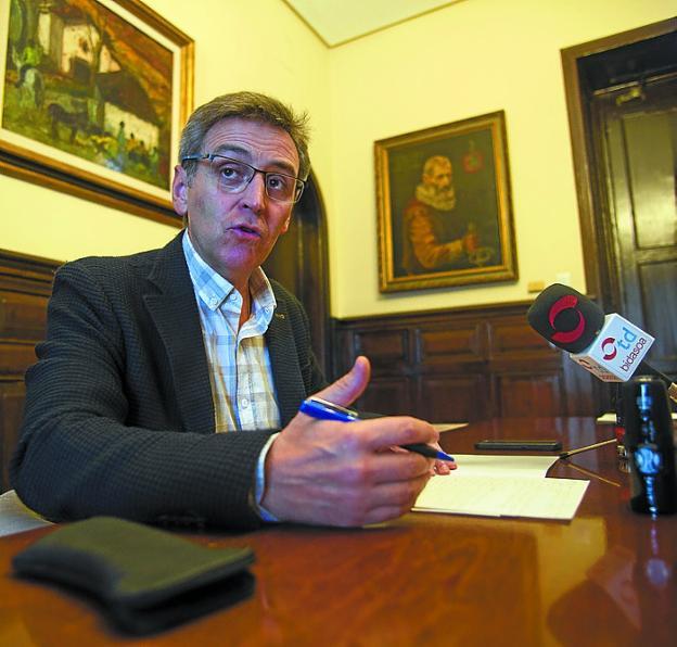 Tres millones. Xabier Iridoy calificó ayer de «irresponsabilidad» no tramitar la ampliación del presupuesto. /  F. DE LA HERA