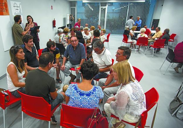 Primera sesión. Cerca de cincuenta personas se reunieron en Palmera Montero Gunea./F. DE LA HERA