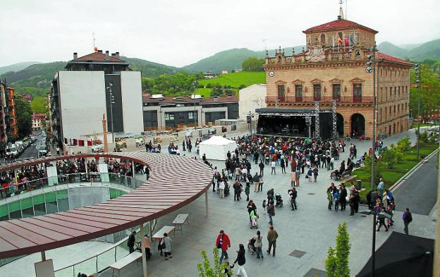 Entorno de la plaza San Juan de Irun. El municipio fronterizo ha conseguido reducir en casi dos tercios su deuda desde 2010./FLOREN PORTU