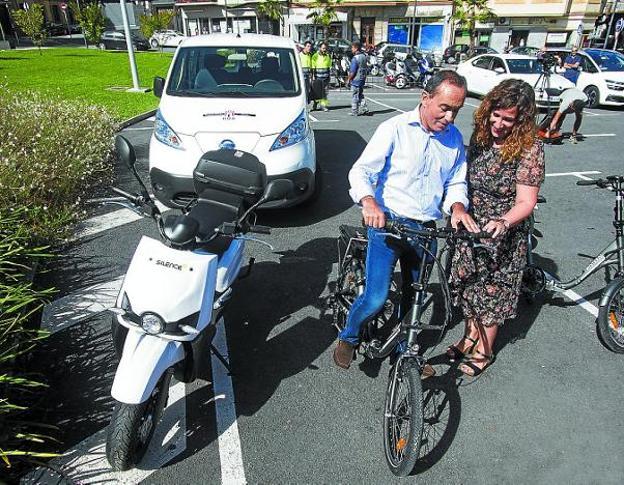 Los delegados de desarrollo Sostenible y Movilidad prueban una de las bicicletas eléctricas./F. DE LA HERA