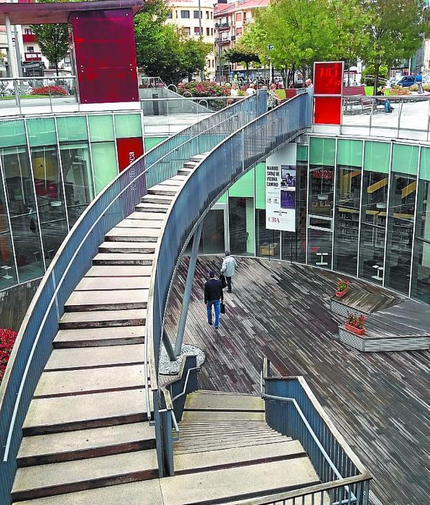 Escalera de acceso a la Biblioteca Municipal CBA./F. DE LA HERA