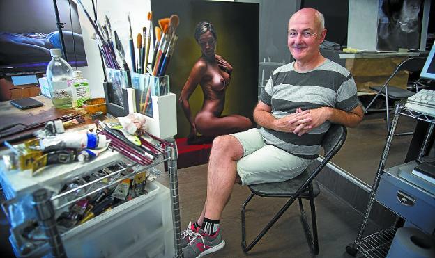 Javier Arizabalo en su estudio de la calle Pinar, lugar en el que ha hecho muchas 'obras maestras'./FOTOS: F. DE LA HERA
