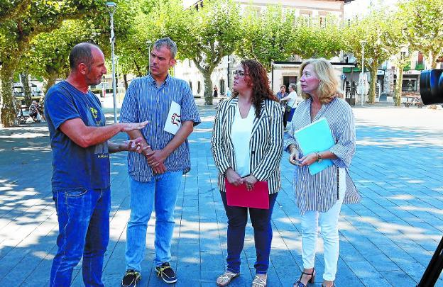 Organización. Txema Pérez, Sergio Corchón, Mónica Martínez y Mari Carmen Quesada, en la plaza Urdanibia./FLOREN PORTU