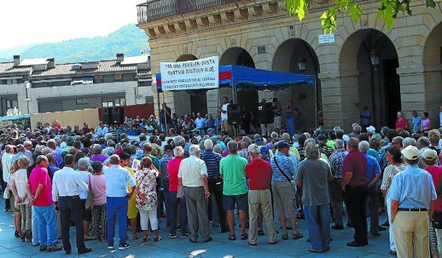 Concentración de pensionistas celebrada ayer a mediodía en la plaza de San Juan. /  FLOREN PORTU