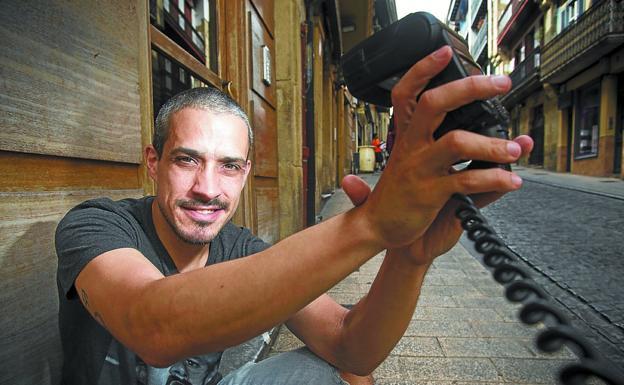 David Rodríguez Losada echa una mano al fotógrafo, en la calle Mayor de Irun./F. DE LA HERA
