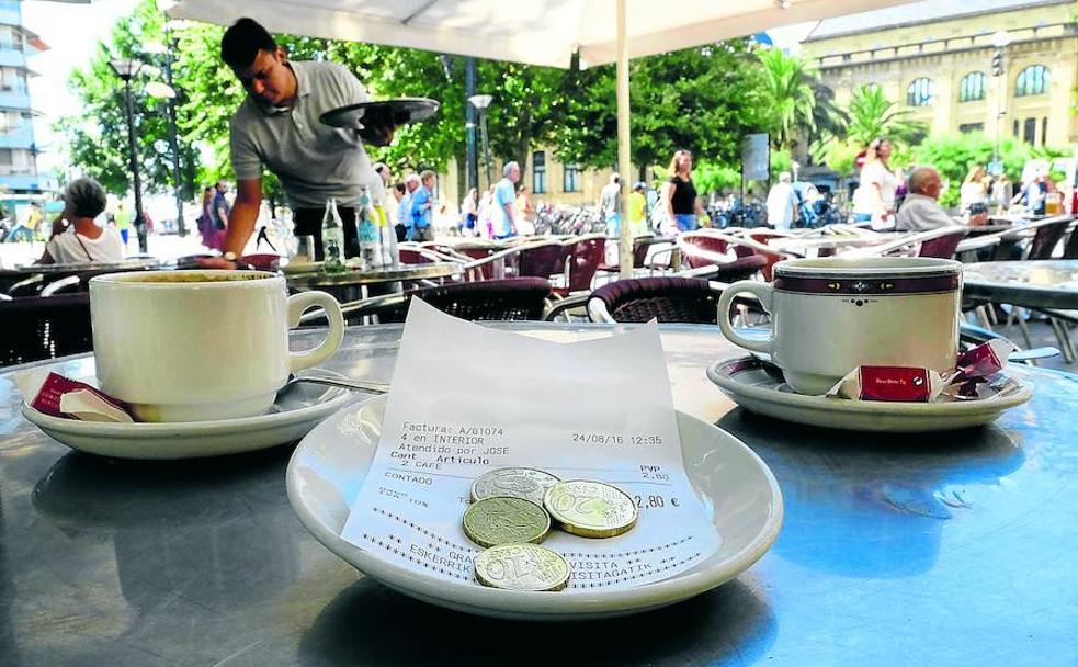 La cuenta por dos cafés, junto a la propina en la terraza de un bar. /E.C.