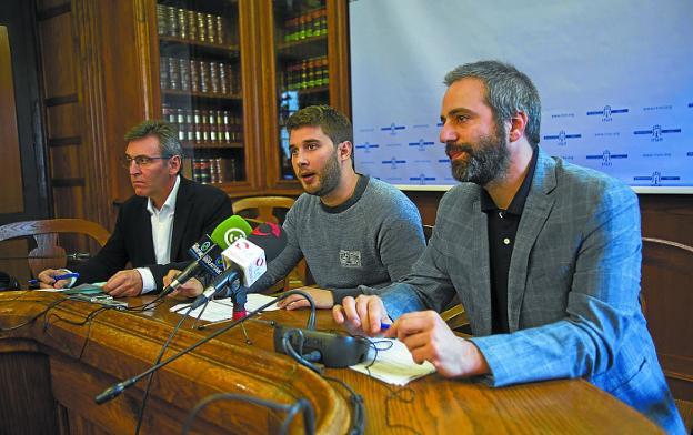 Negociación. Xabier Iridoy (PNV), David Soto (SPI) y Jokin Melida (EH Bildu) dieron cuenta de las conversaciones con el Gobierno municipal sobre la modicación del presupuesto./F. DE LA HERA