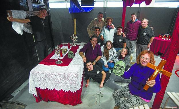 Los miembros de Santiagoko Deabruak ultiman los preparativos en Ficoba para abrir, mañana, las puertas del espectáculo. /  F. DE LA HERA