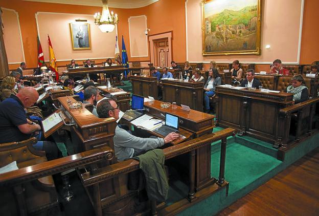 Larga sesión. El pleno de ayer se prolongó cuatro horas y media y casi todo el tiempo se dedicó al debate de la modificación del presupuesto y las enmiendas a la misma. / F. DE LA HERA