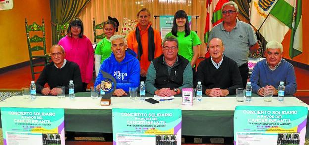 Luis Gil, promotor de la iniciativa, y Bittor Andonegi, de Aspanogi, junto a Berrondo, Oiartzabal y el resto de asistentes a la rueda de prensa./
