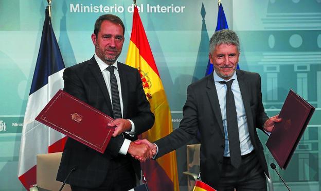 Castaner y Grande-Marlaska se dan la mano en la reunión que mantuvieron ayer en Madrid. / EFE
