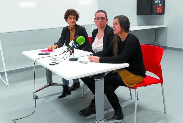 Eunate Encinas, Mónica Martínez y Miren Camisón, en la presentación de la jornada. /  F. DE LA HERA