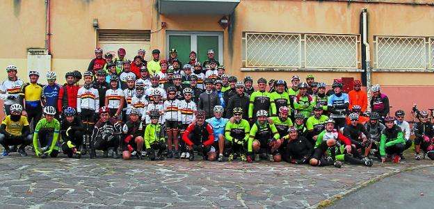 Cerca de ochenta personas participaron en la quedada popular de BTT del Club Ciclista Irunés./