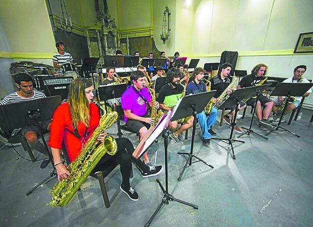 Los músicos de la Banda, durante uno de sus ensayos en la Capilla de la Milagrosa. /  F. DE LA HERA