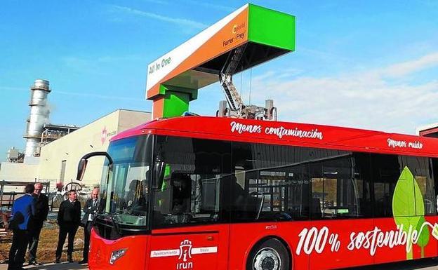 El autobús conectado al pantógrafo en su carga de tres minutos. /Morondo