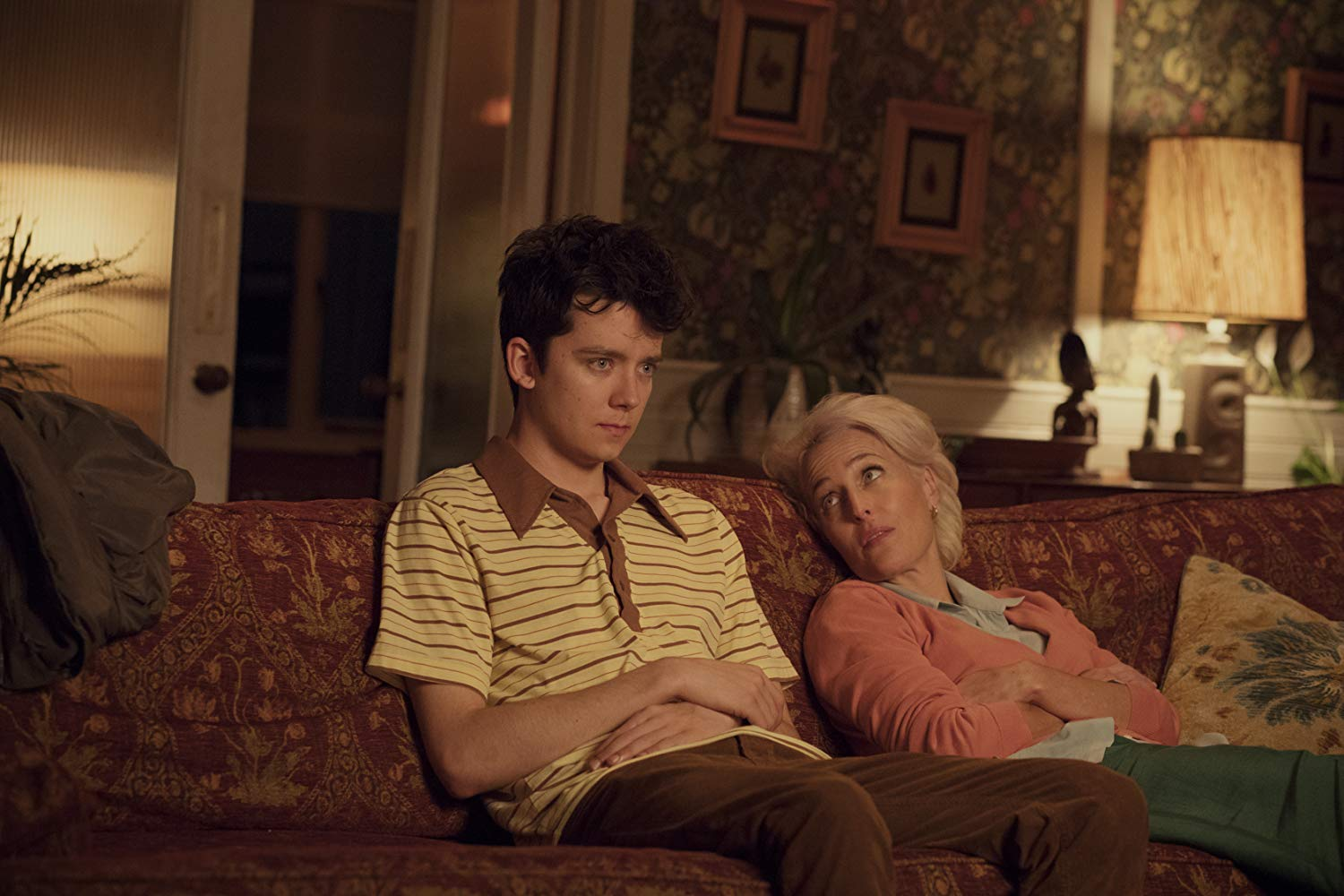 Gillian Anderson y Asa Butterfield en 'Sex Education' (2019)./