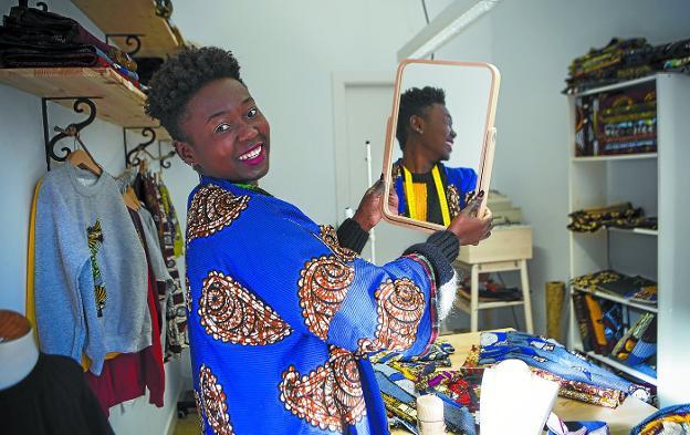 Madiel ha unido el estilo africano y vasco en su nueva tienda, Maddi Sormena, de la parte vieja de Hondarribia. /FOTOS: F. DE LA HERA