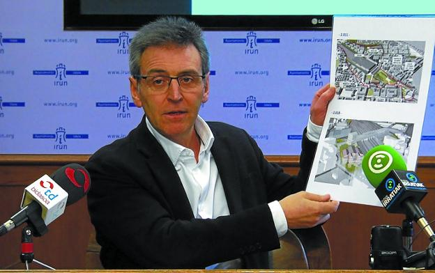 «Proyecto incompleto». Xabier Iridoy comparó dos infografías del Gobierno, una de 2009 y otra actual./