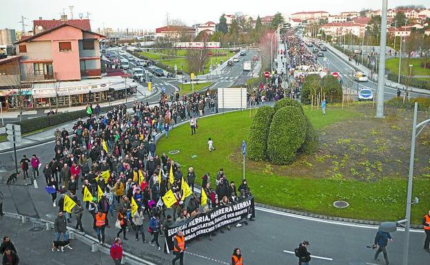 La manifestación de Harrera Sarea, de regreso a Irun, a la altura de la rotonda de Ficoba. /De la Hera