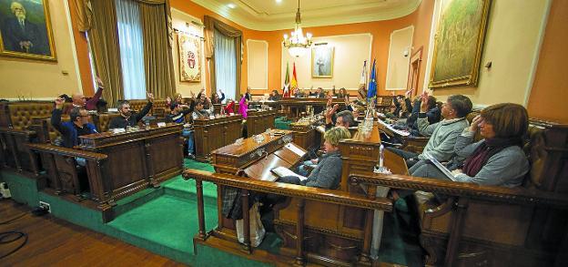 A una voz. Todos los concejales del ayuntamiento alzaron sus manos a la hora de aprobar la concesión de la medalla de Oro a Elorz. / F. DE LA HERA