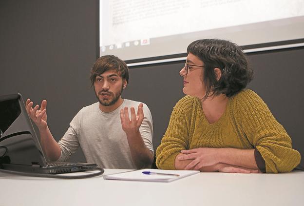Iván Gómez e Iraitz Agirre explicaron el proyecto que han desarrollado en el CBA. / F. DE LA HERA