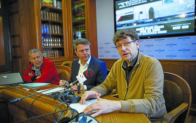 Agustín González, presidente del Foro Ciudadano, con el alcalde Santano y José Félix Colado./ F. DE LA HERA