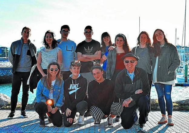 Jende Xumea. Luis Escudero y Juan Andrés Gil junto a los jóvenes que participan en este proyecto./