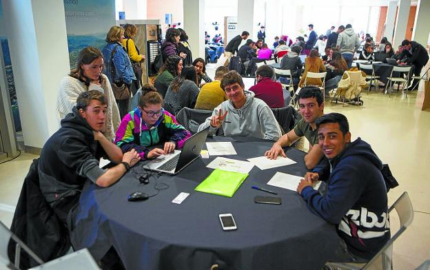 Futuro. Equipos de estudiantes preparan la presentación de sus ideas innovadoras en Krea./F. DE LA HERA