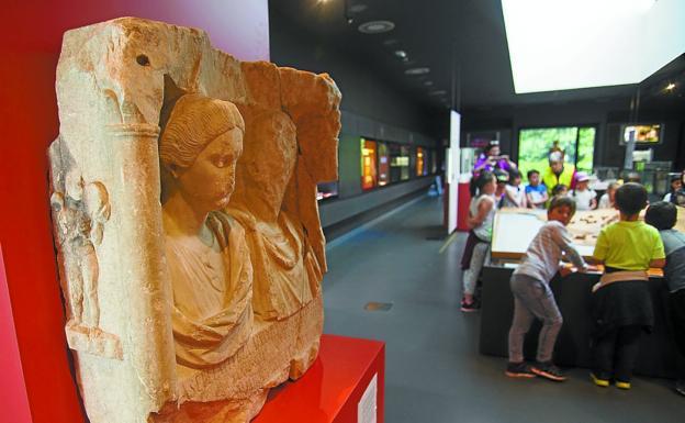 Talleres. Un grupo de niños participa en una actividad organizada por el Museo Oiasso./F. DE LA HERA